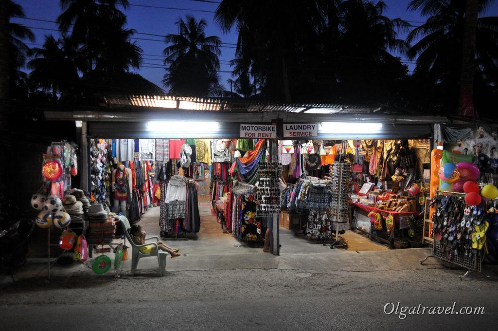 Небольшие магазинчики с пляжной одеждой и аксессуарами