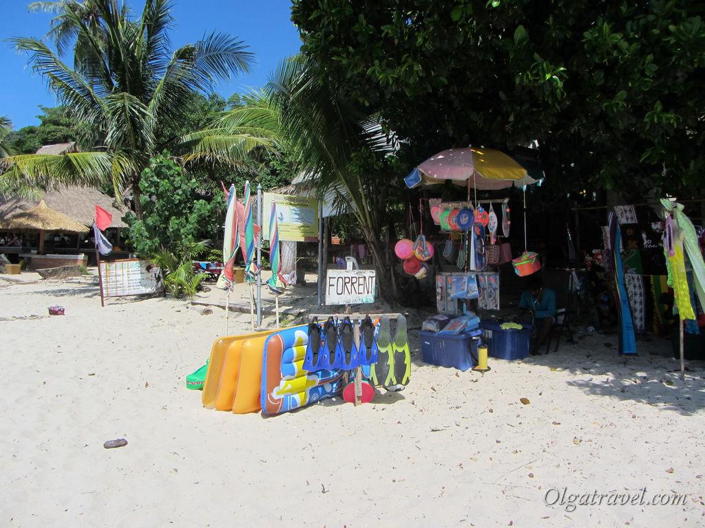На пляже можно арендовать надувной матрас, коврик, зонтик