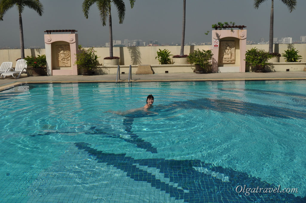 Утром после завтрака в бассейне я плавала одна:)