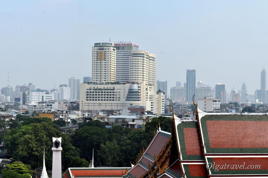 Вид на огромный отель Принц Палас с высоты храма Ват Сакет