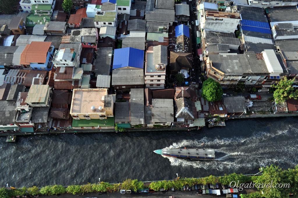 Вид из окна номера на канал Бангкока. По нему плавает очень удобный и быстрый транспорт - небольшие лодки - речные трамвайчики