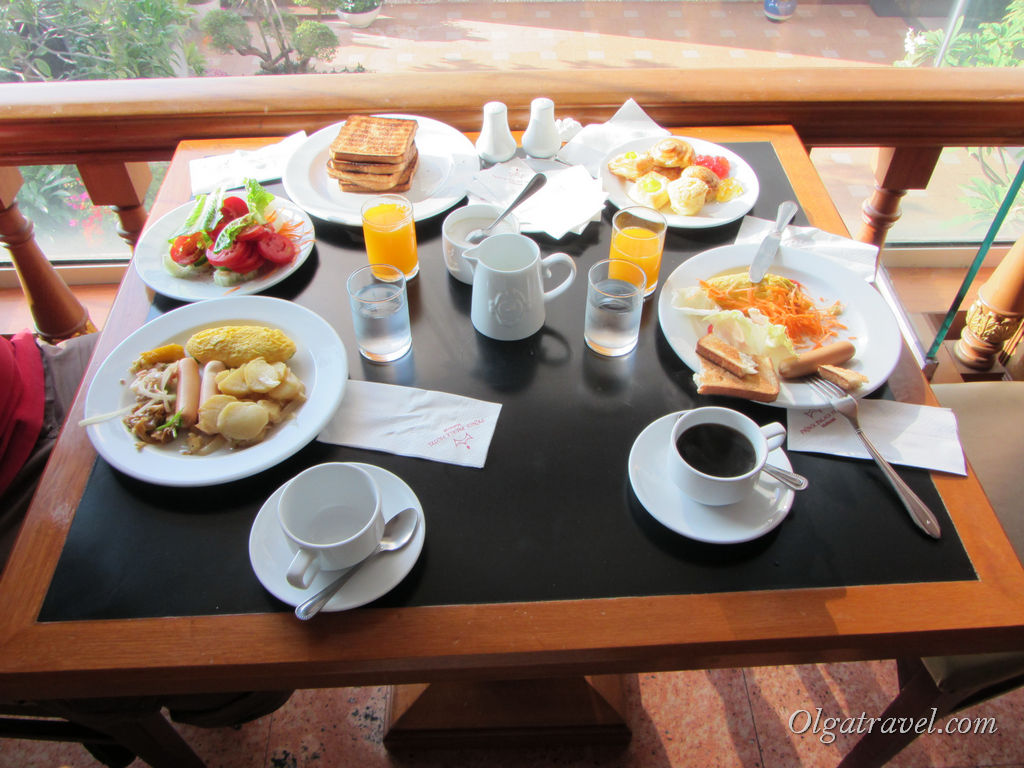 Завтрак в отеле - неплохой шведский стол, но для меня было мало сладких булочек :)