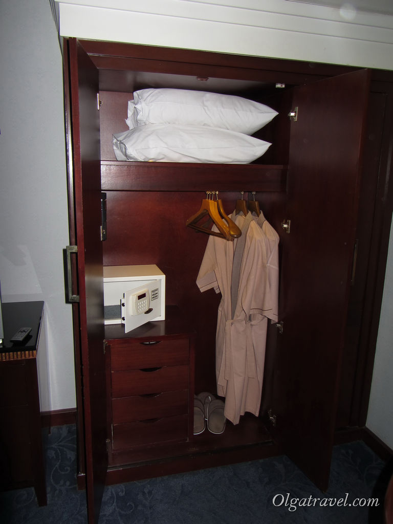 Есть сейф, тапочки и халаты