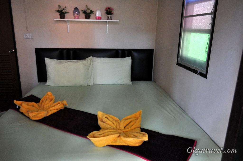 При входе в домик сразу большая кровать