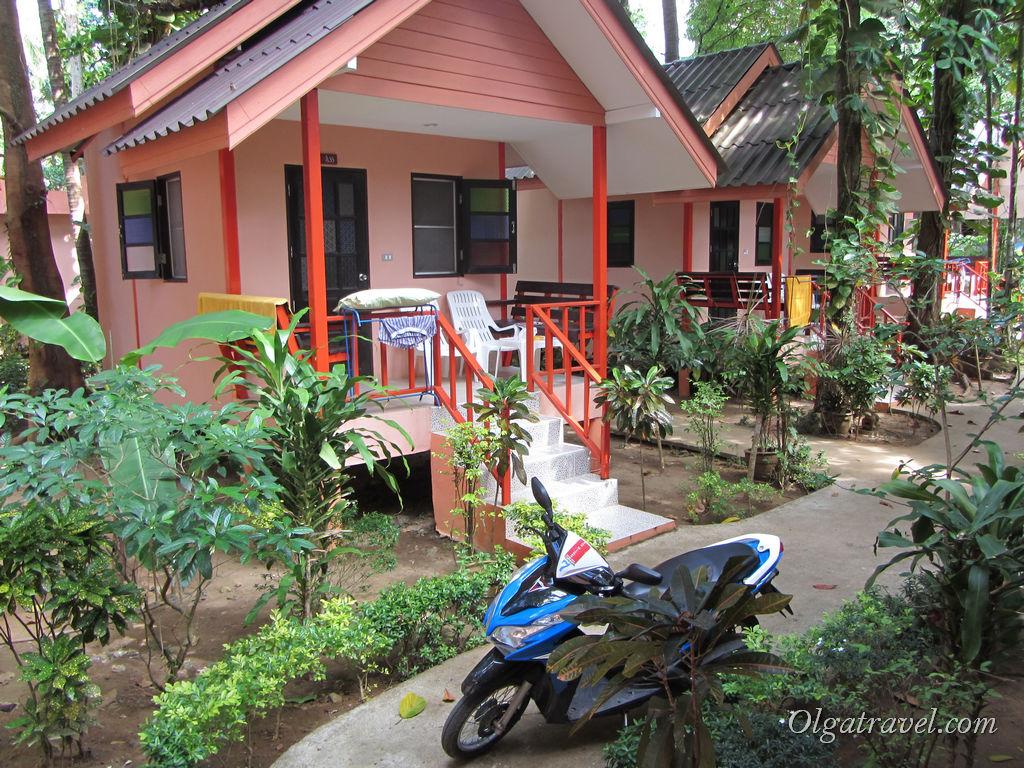 Вид на соседние домики и наш байк :)