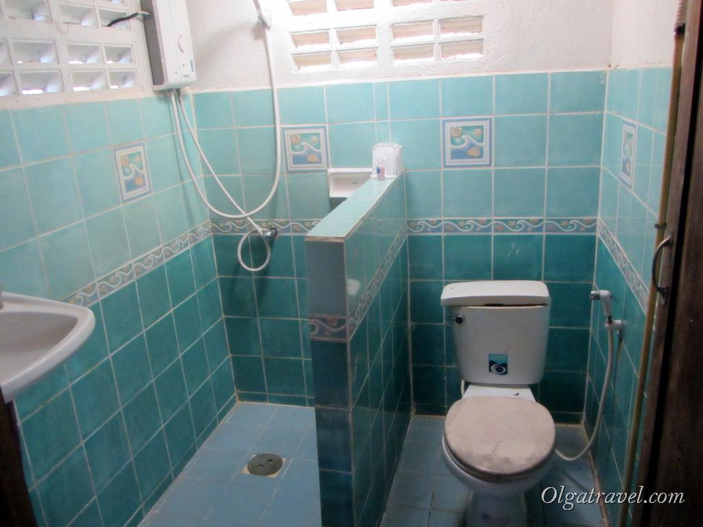 """Душ - туалет. Есть даже горячая вода! Роскошь для такой """"избушки на курьих ножках"""""""