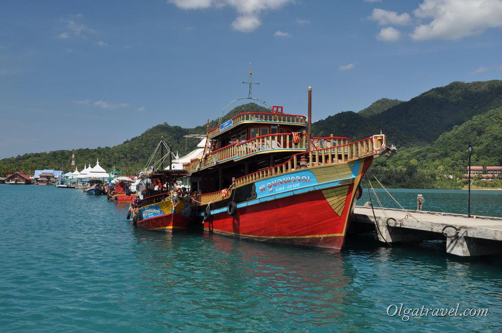 Вот на таких лодках возят на морские прогулки и дайвинг