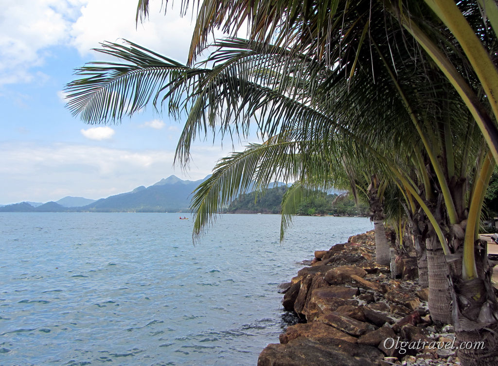 Вот такой каменистый берег возле отеля Корал Ресорт на Кай Бей