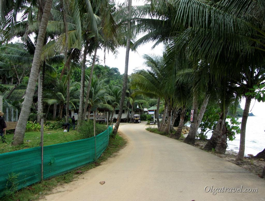 Дорога вдоль некупабельного моря в южную часть пляжа Кай Бей