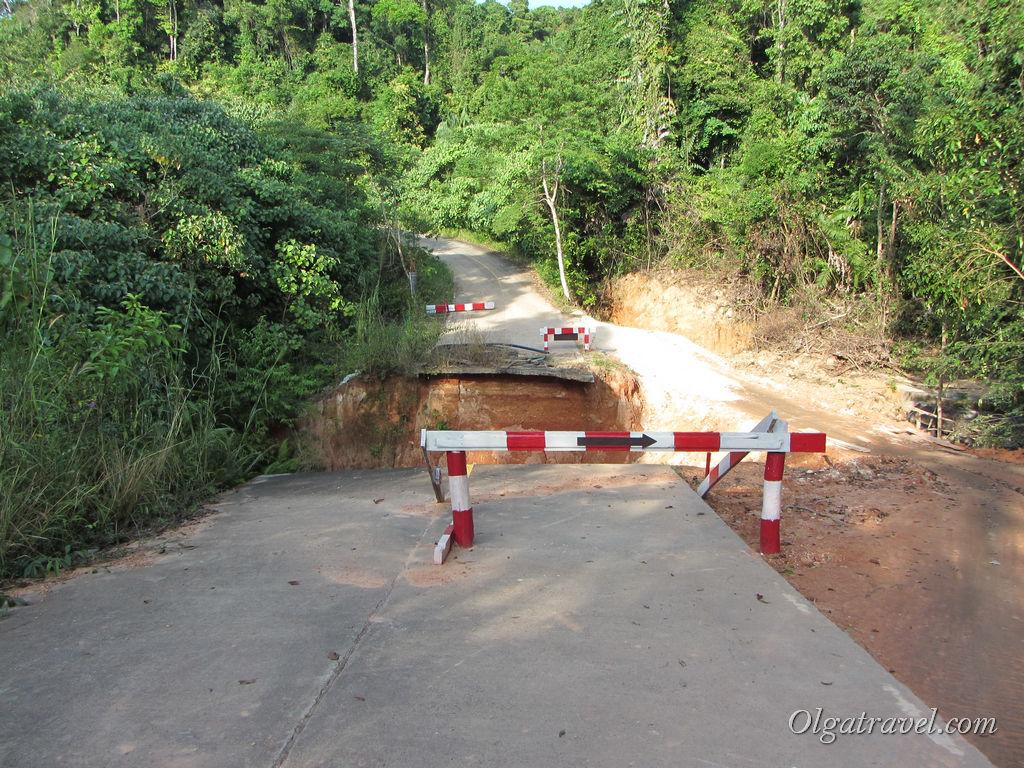 Вид на разрушенный мост с другой стороны