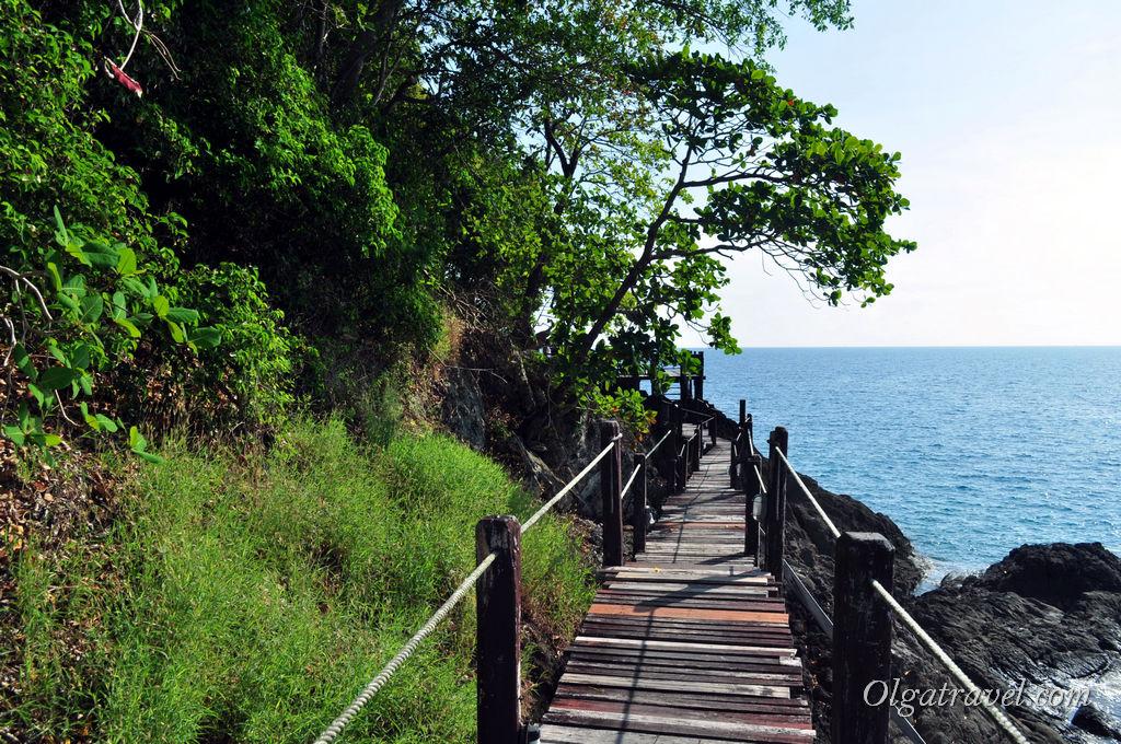 А вот такой настил идет вдоль скалы в отеле Нирвана ресорт - интересно прогуляться!