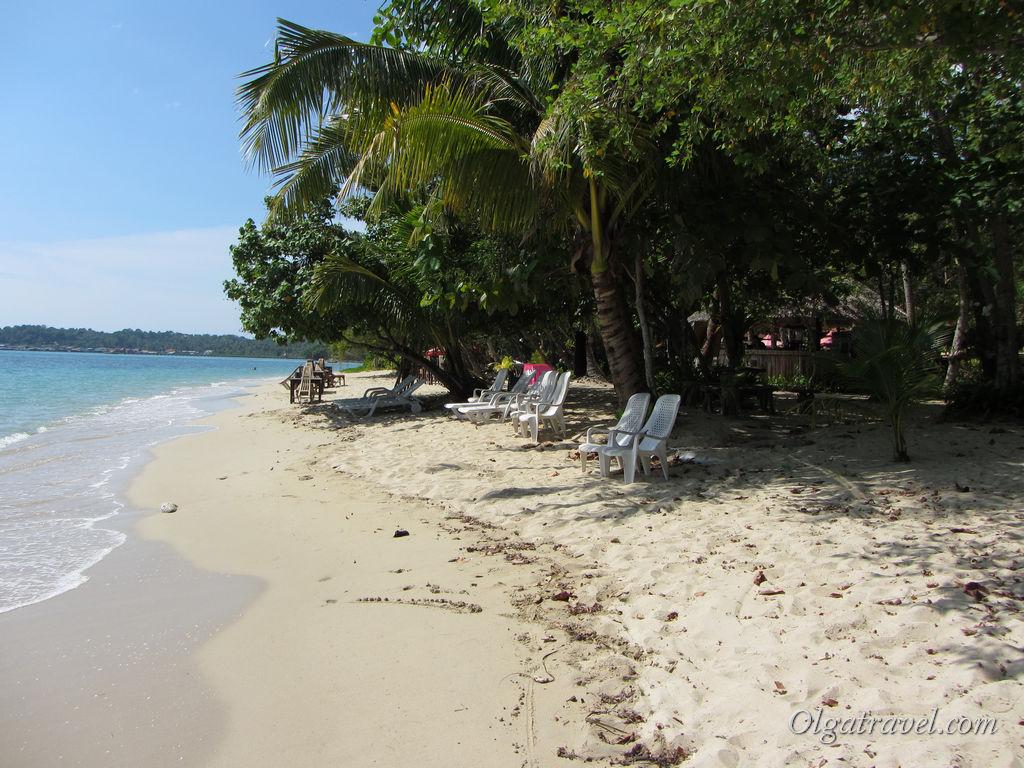 Безлюдный пляж возле Chivapuri Beach Resort