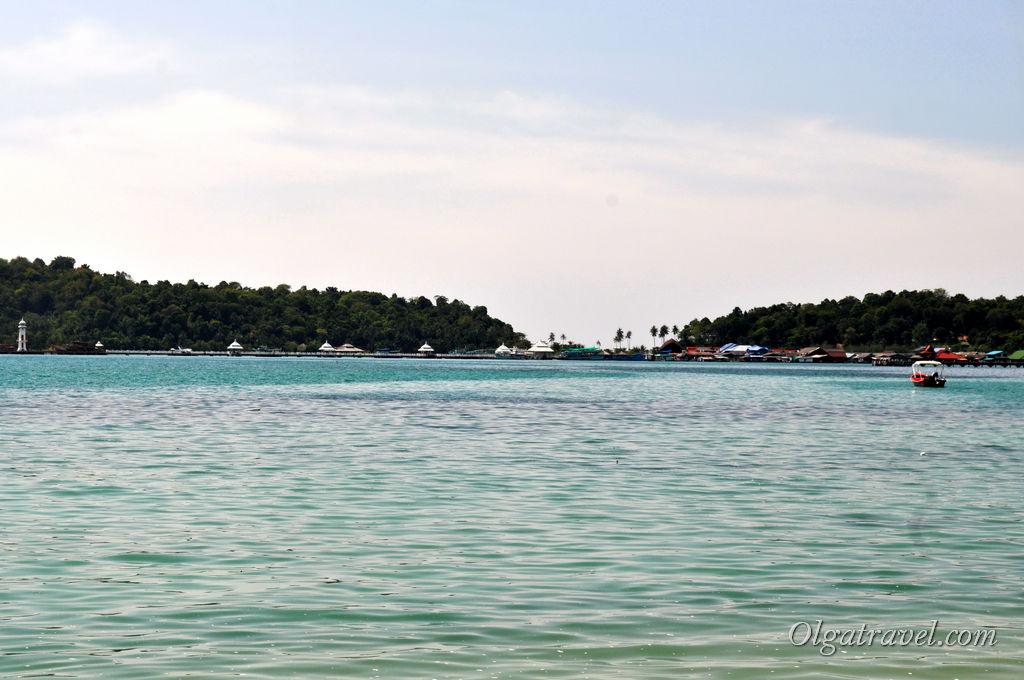 С пляжа открывается вид на бухту Банг Бао, рыбацкую деревню и маяк