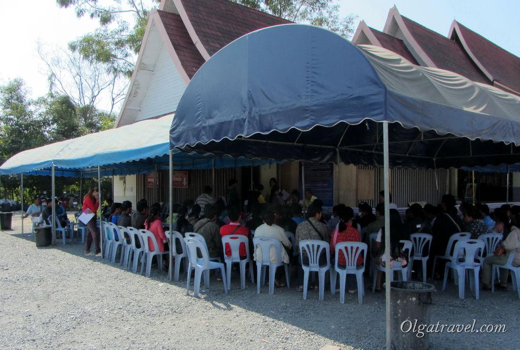 Толпа азиатов ожидает своей очереди