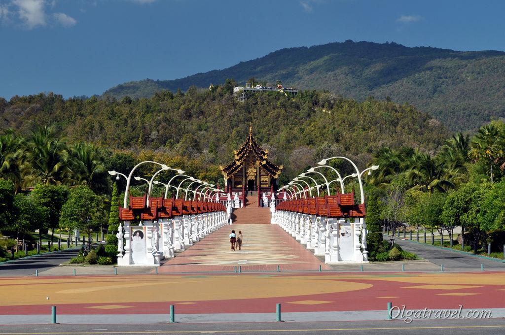 Центральная аллея парка с видом на горы. Нравится мне, что Чианг Май окружен горами. Красиво!