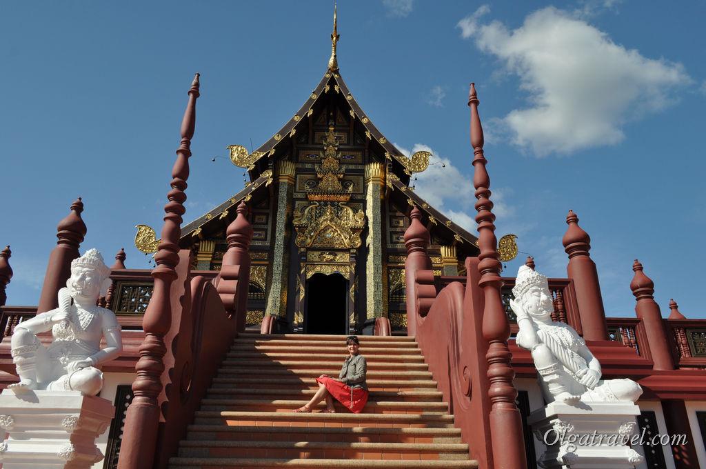 На ступеньках храма