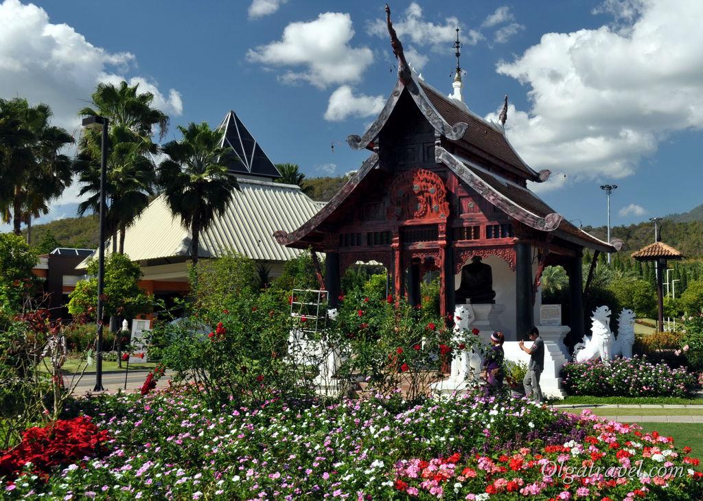 Храм с черным Буддой. Такой же храм, но с белым Буддой находится напротив