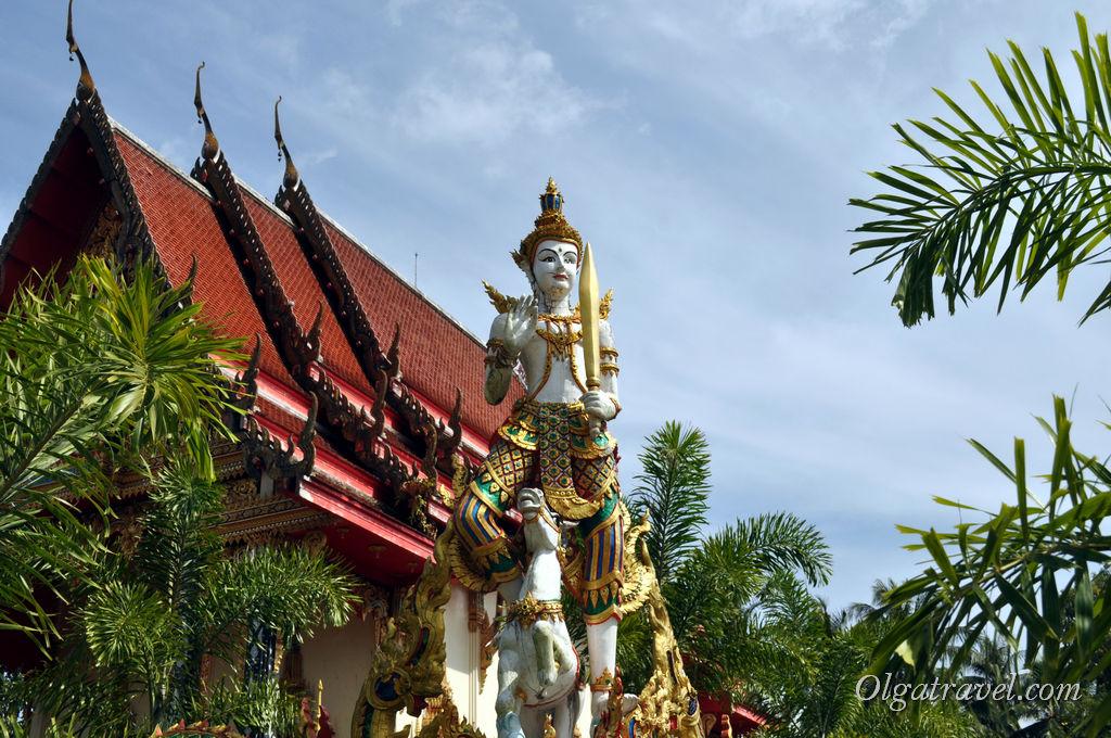 Интересные скульптуры окружают храм