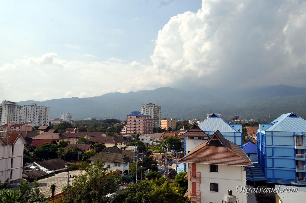 Вид с крыши на окрестности и горы