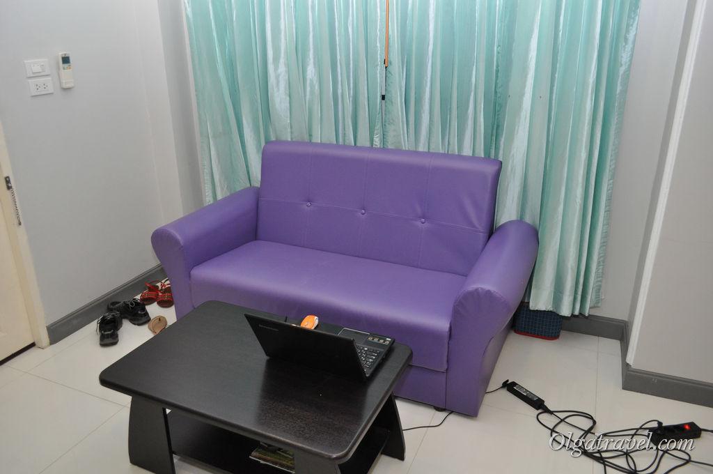 Удобный диванчик и журнальный столик - мое рабочее место
