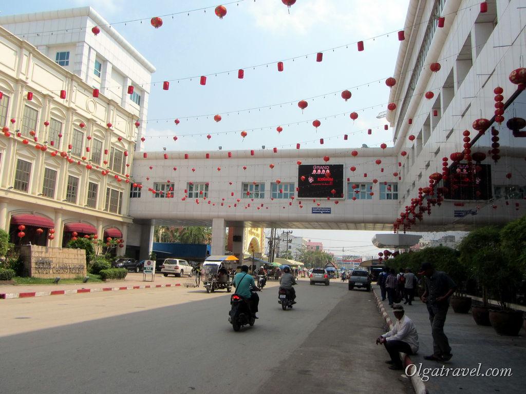 С двух сторон дороги казино, дорога украшена китайскими фонариками, чувствуется приближение праздника!