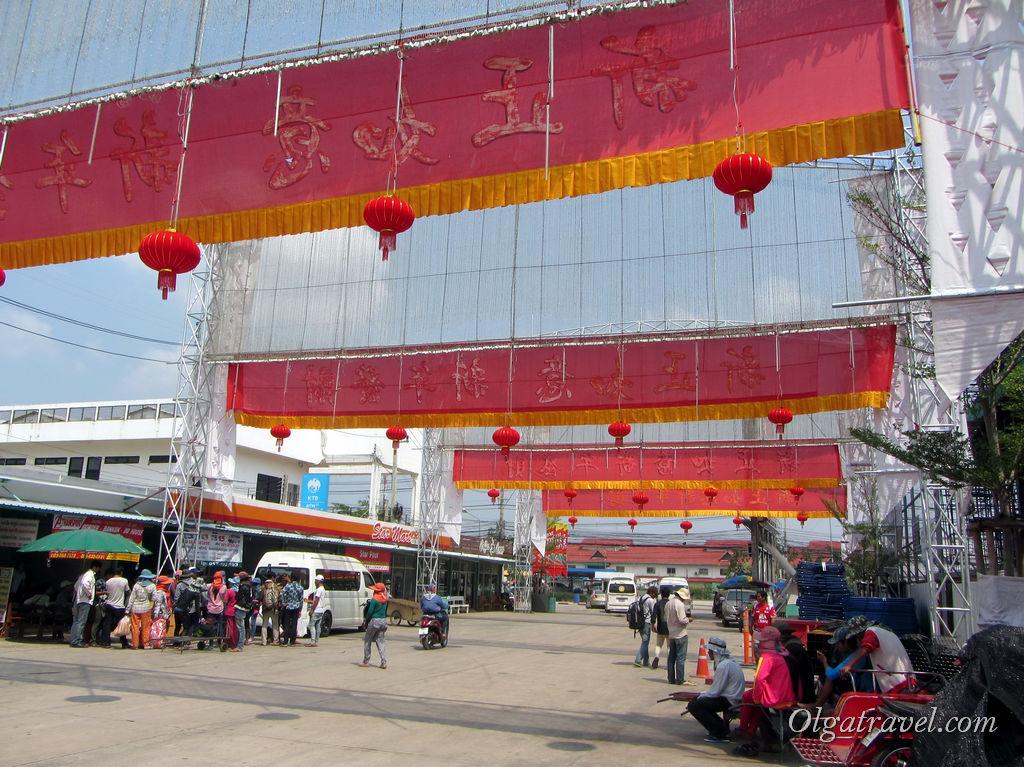 Площадь украшена к предстоящему празднику - Китайскому Новому году!
