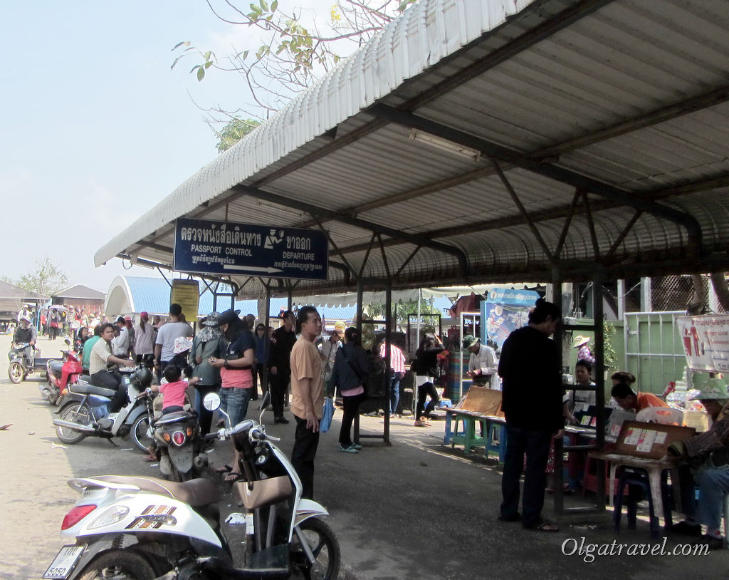 По указателям идем на паспортный контроль и на выход из Таиланда