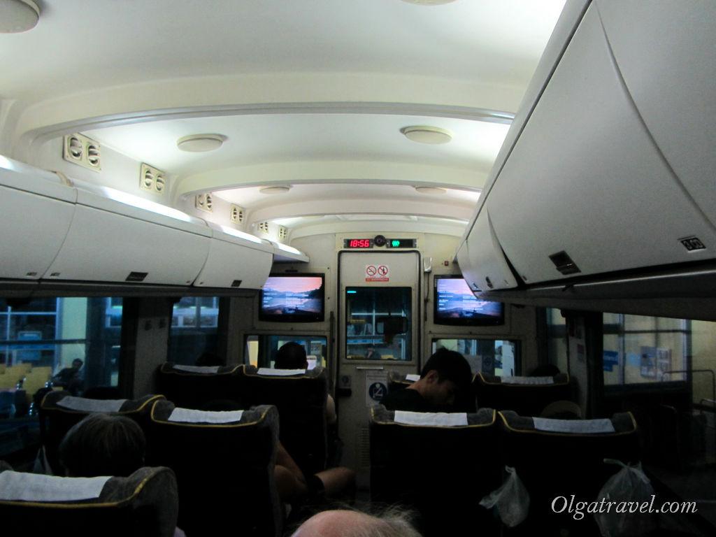 Очень комфортный и чистый автобус, сиденья раскладываются почти в лежачее положение
