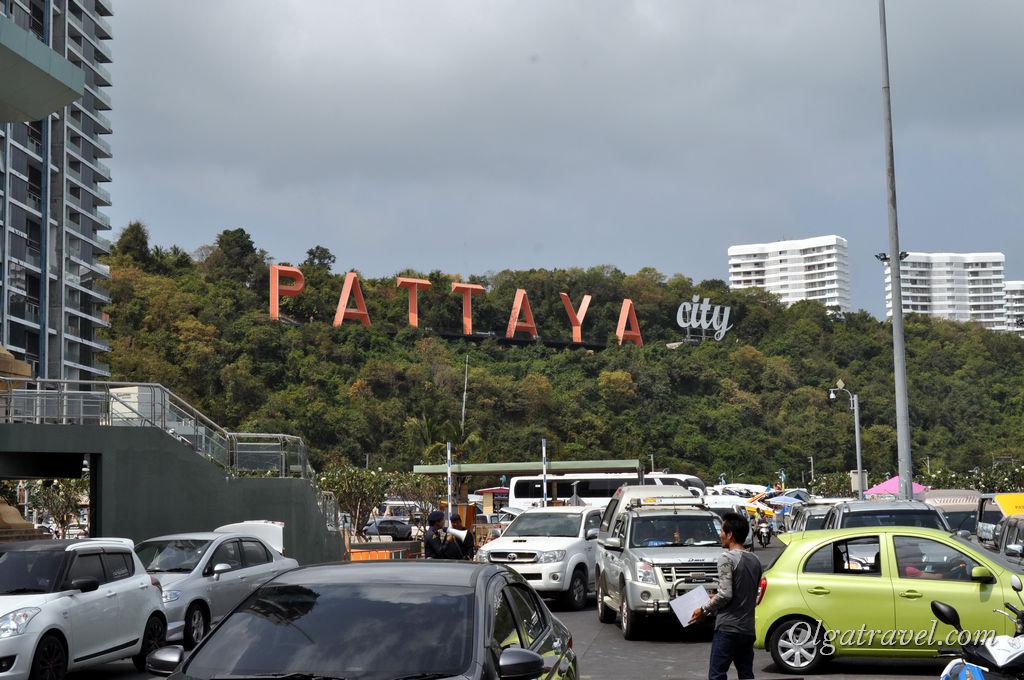 Куча машин возле пирса Бали Хай в Паттайе