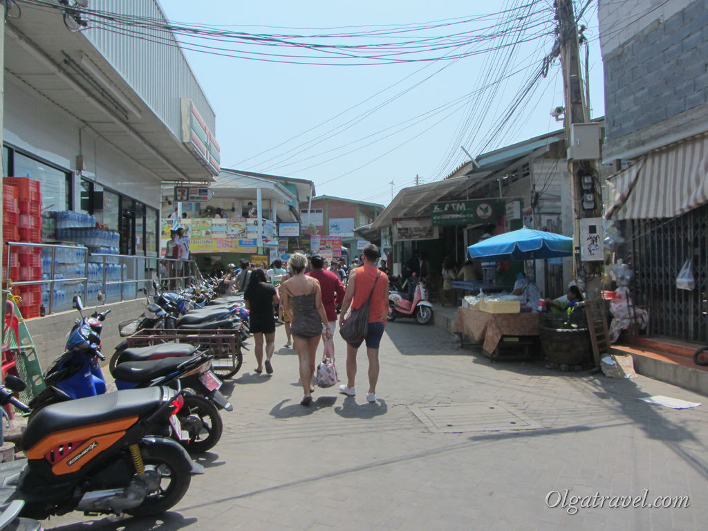 Что бы найти маршрутку на пляжи проходим по этой улице, идем дальше, мимо 7 елевена