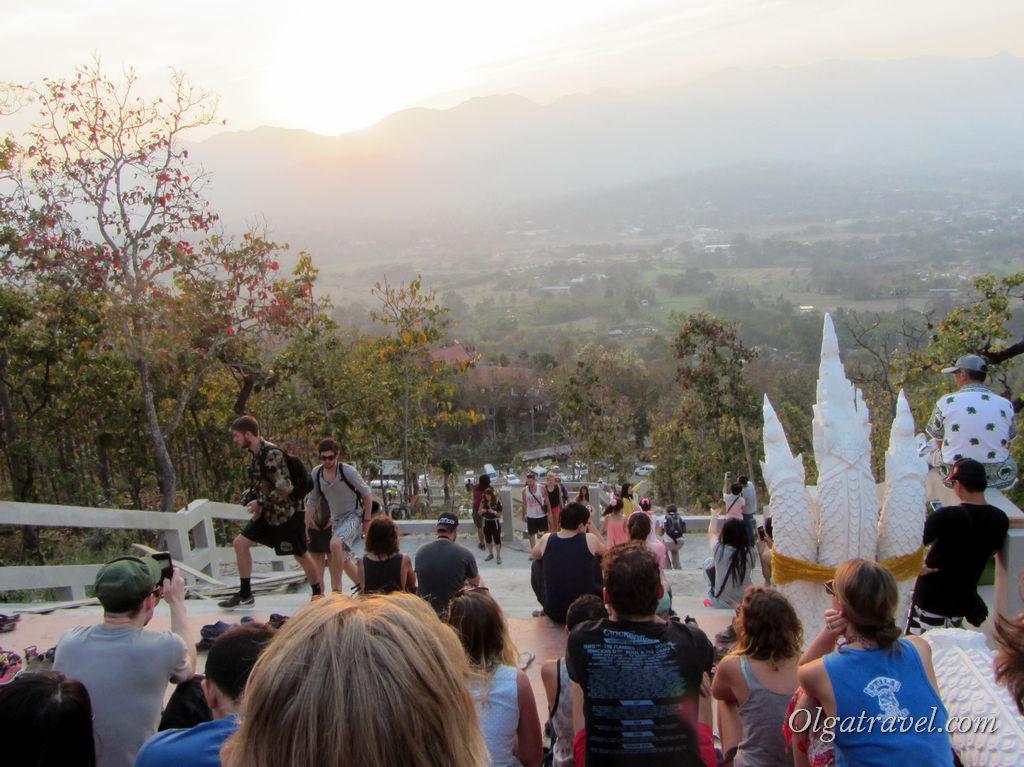Как же много желающих посмотреть закат на горе в Пае!