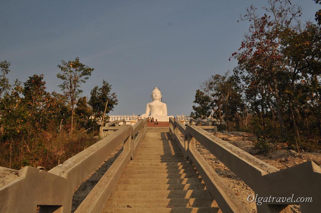 Большой белый Будда на горе в Пае