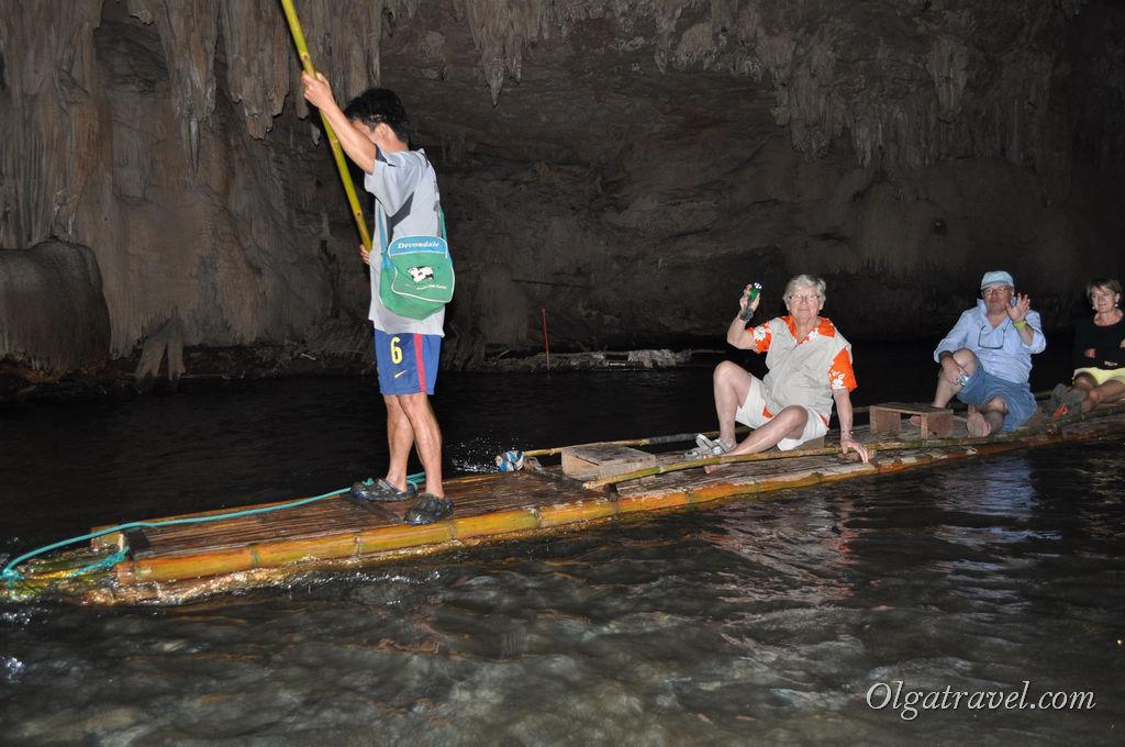 Проплываем по реке в пещере Tham Lod Cave