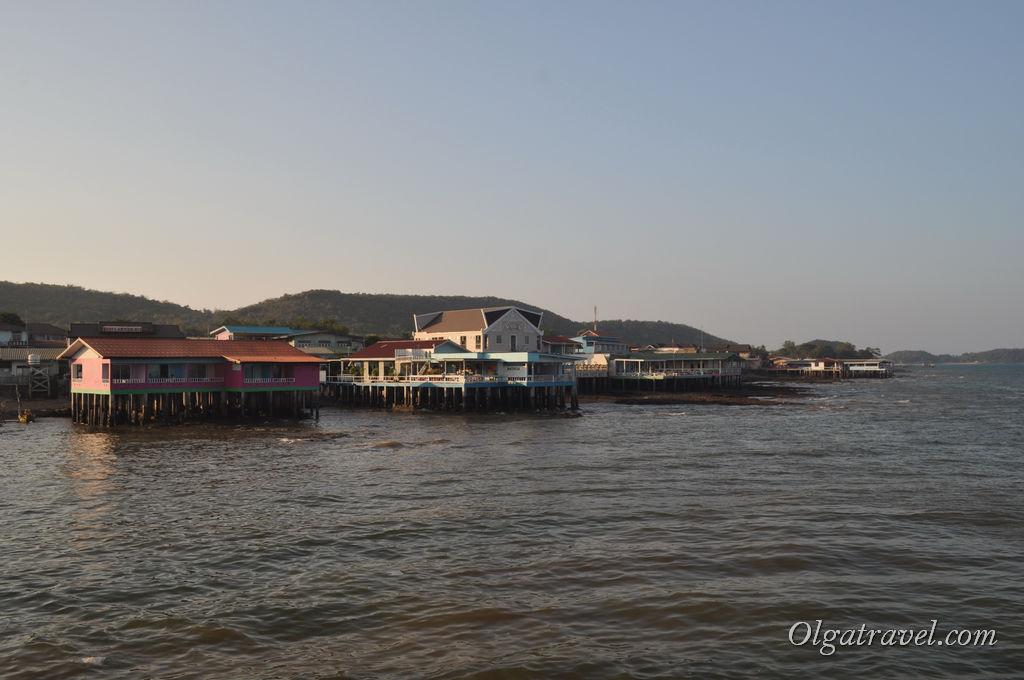 Отели и кафе на сваях в море