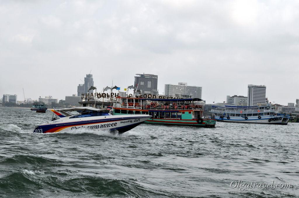 Отплываем от Паттайи: на море волнение, катер подбрасывает на волнах