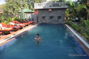 Так приятно поплавать в бассейне в отеле после осмотров храмов Анкор Ват!