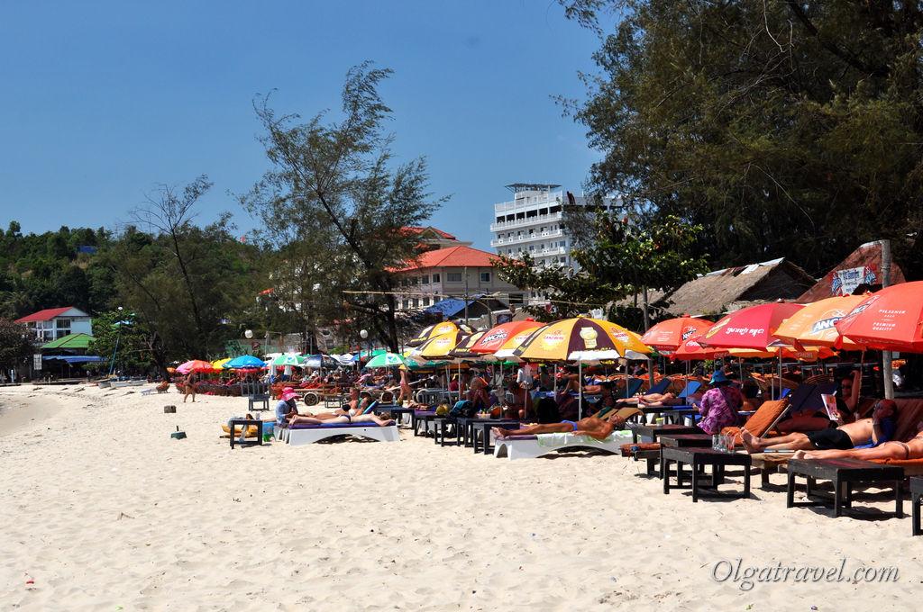 В последнюю неделю февраля людей на пляжах Сиануквиля было очень много