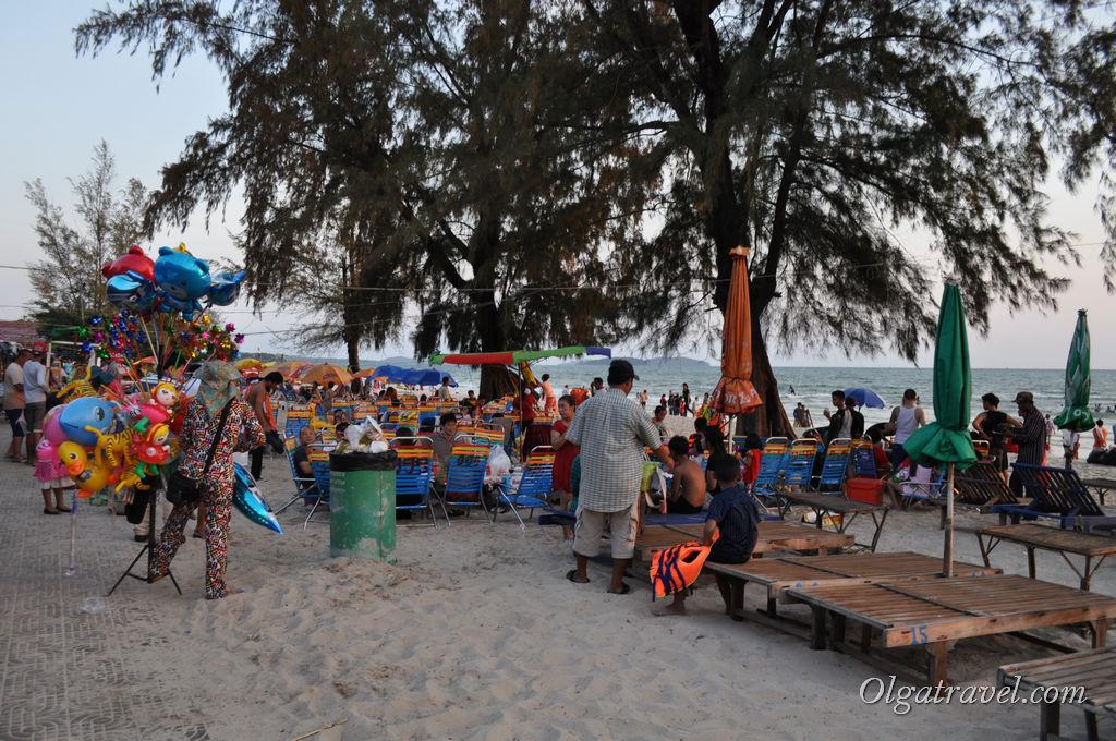 Вечерами по дорожке вдоль пляжа пройти не просто, часто пристают дети и местные попрошайки