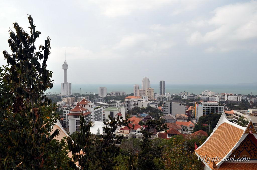 Вид со смотровой площадки на город и башню Паттайя Парк