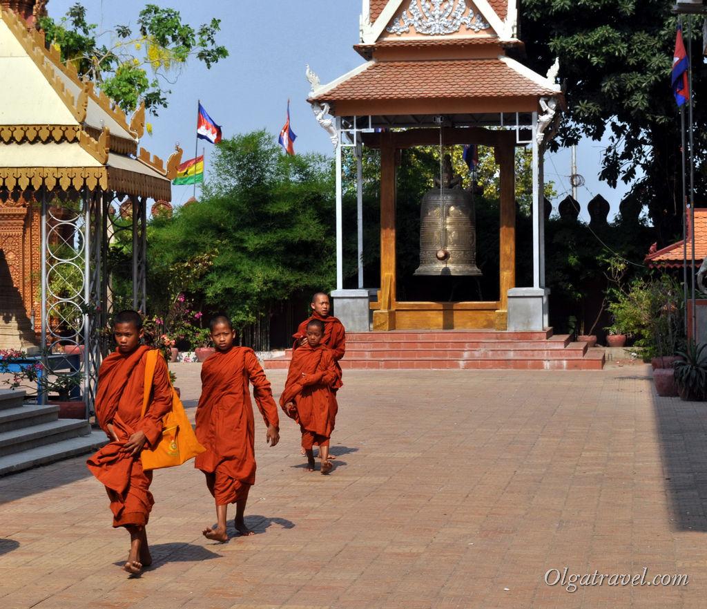 Монахи в храме. Сейчас здесь расположена буддийская школа