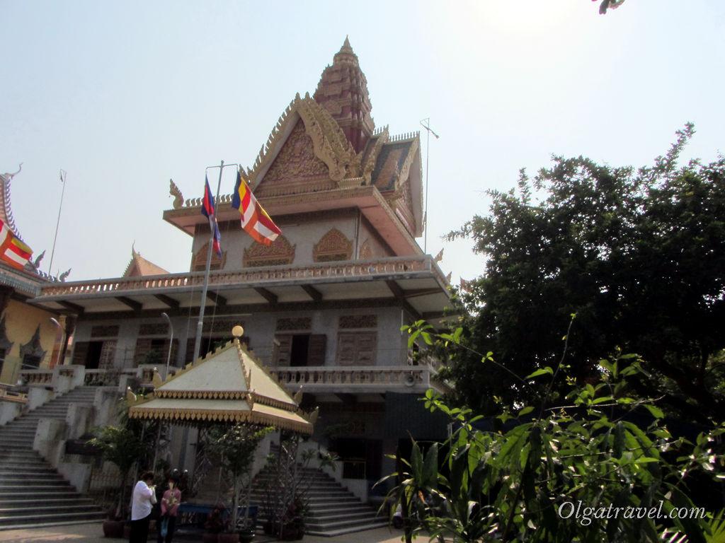 Сам храм Ват Уналом довольно большой. На первом этаже шла служба и я туда не заходила