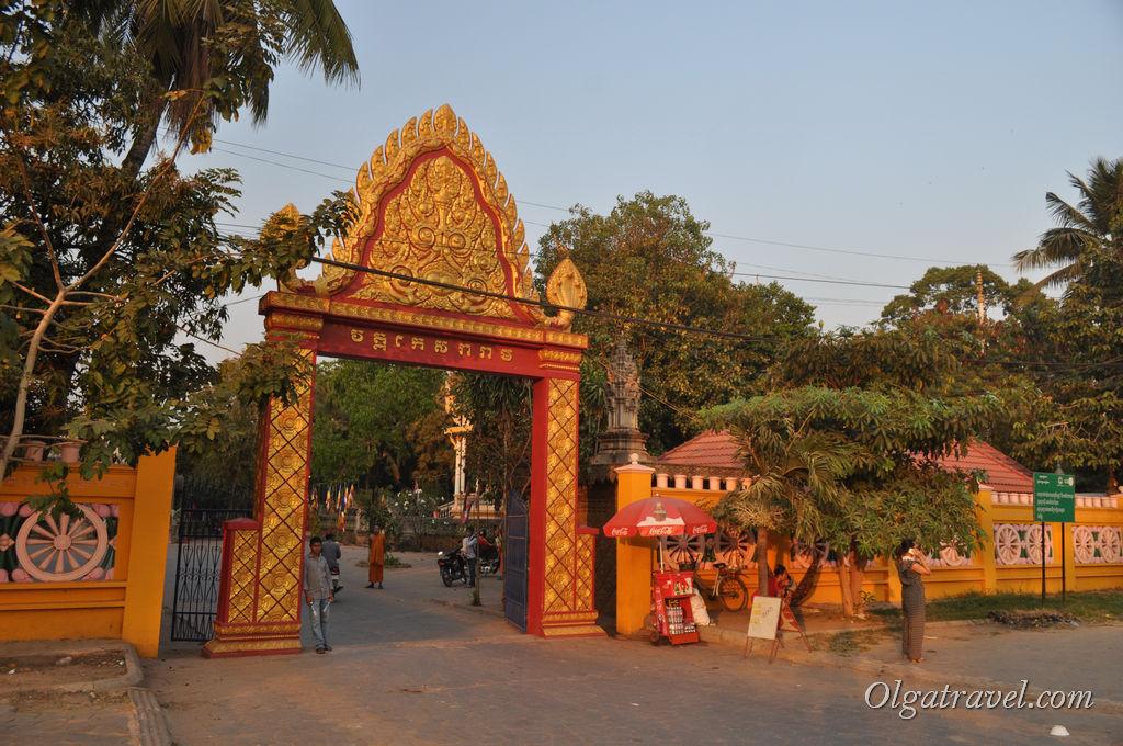 Ворота, ведущие в один из храмов города. Мы не посещали, сил не было