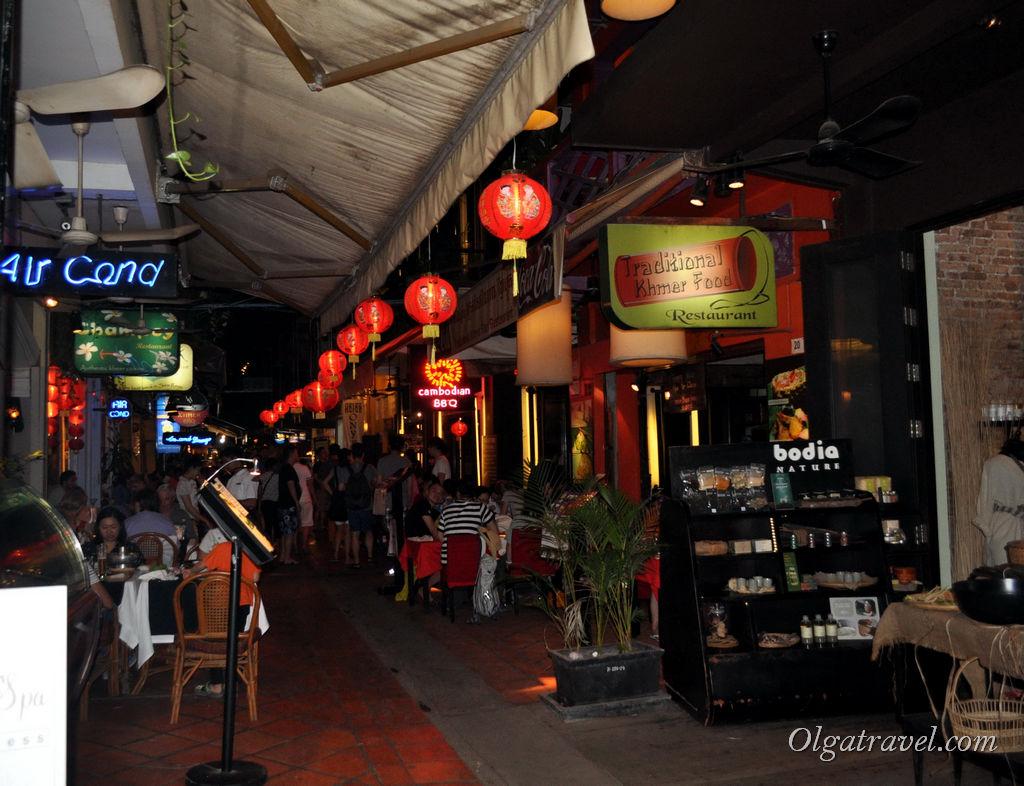 Улица украшена китайскими фонариками, ведь мы приехали в Сием Рип во время Китайского Нового года