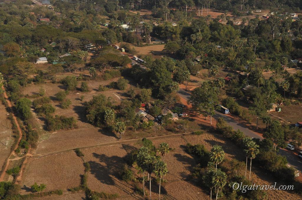 Помимо Ангкор Вата других храмов с шара не видно, а видно только поля, луга, деревья...