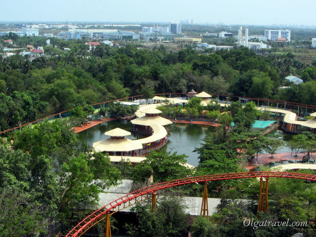 Вид с колеса обозрения на город, крокодиловую ферму и кусочек американских горок