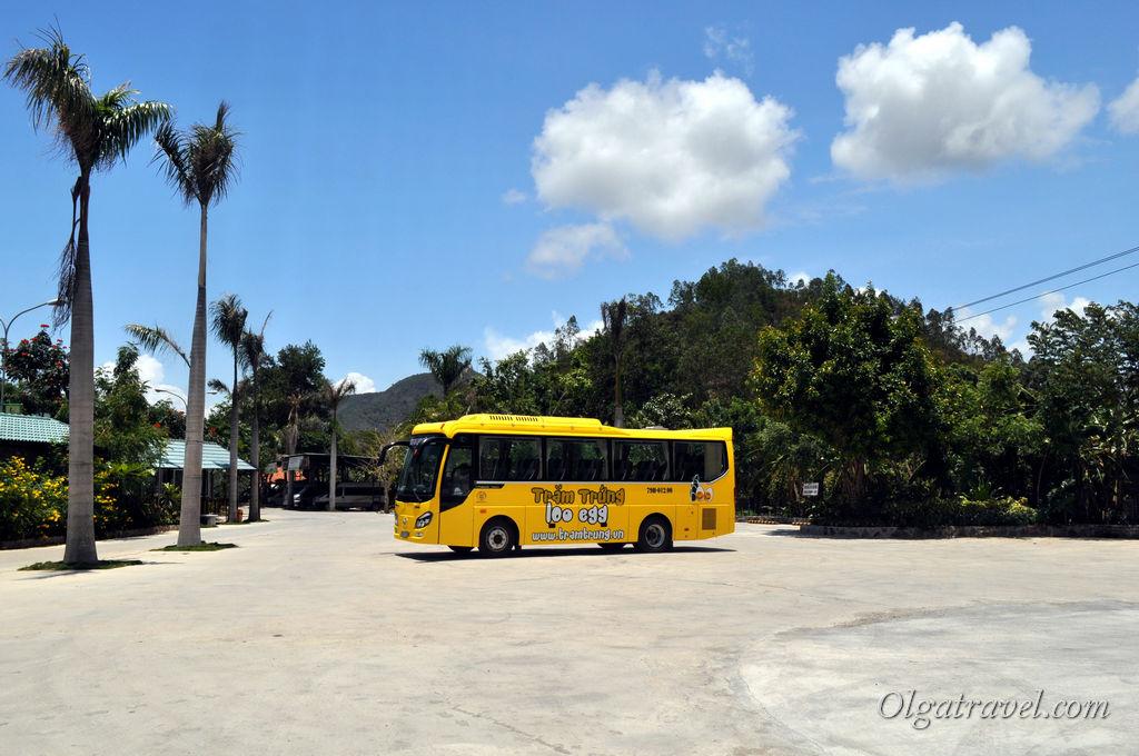 Вот такой яркий автобус осуществляет доставку туристов в 100 яиц