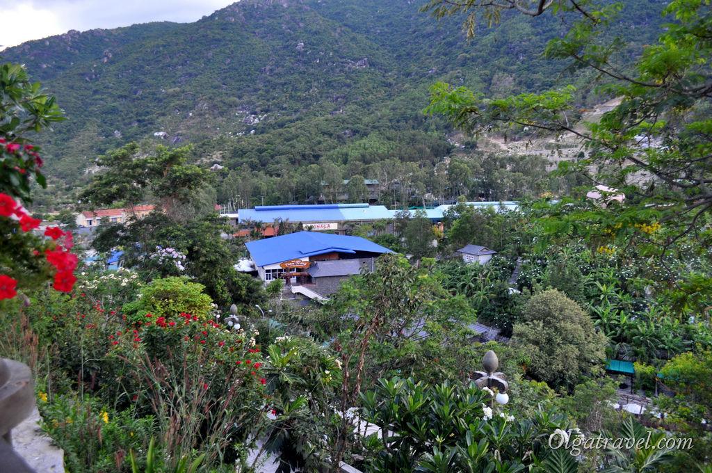 Вид с холма на весь огромный комплекс, ботанический сад и эко-парк