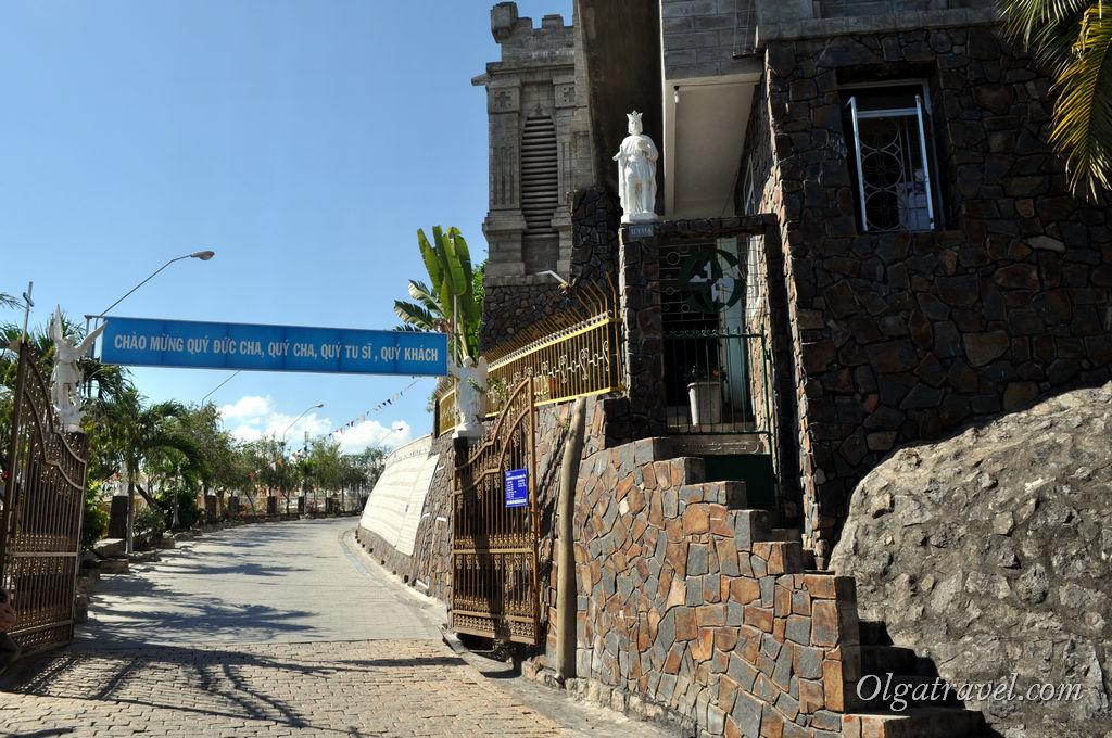 Можно проехать в арку и припарковаться прямо возле входа в Храм