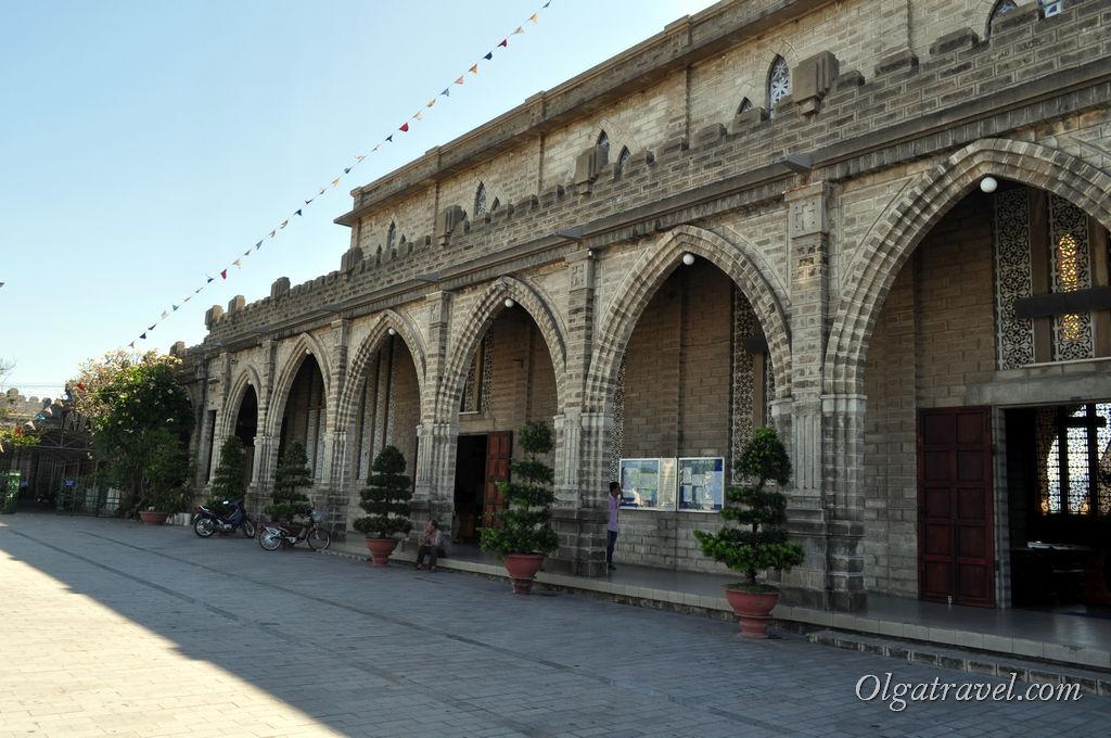 Массивные стены собора