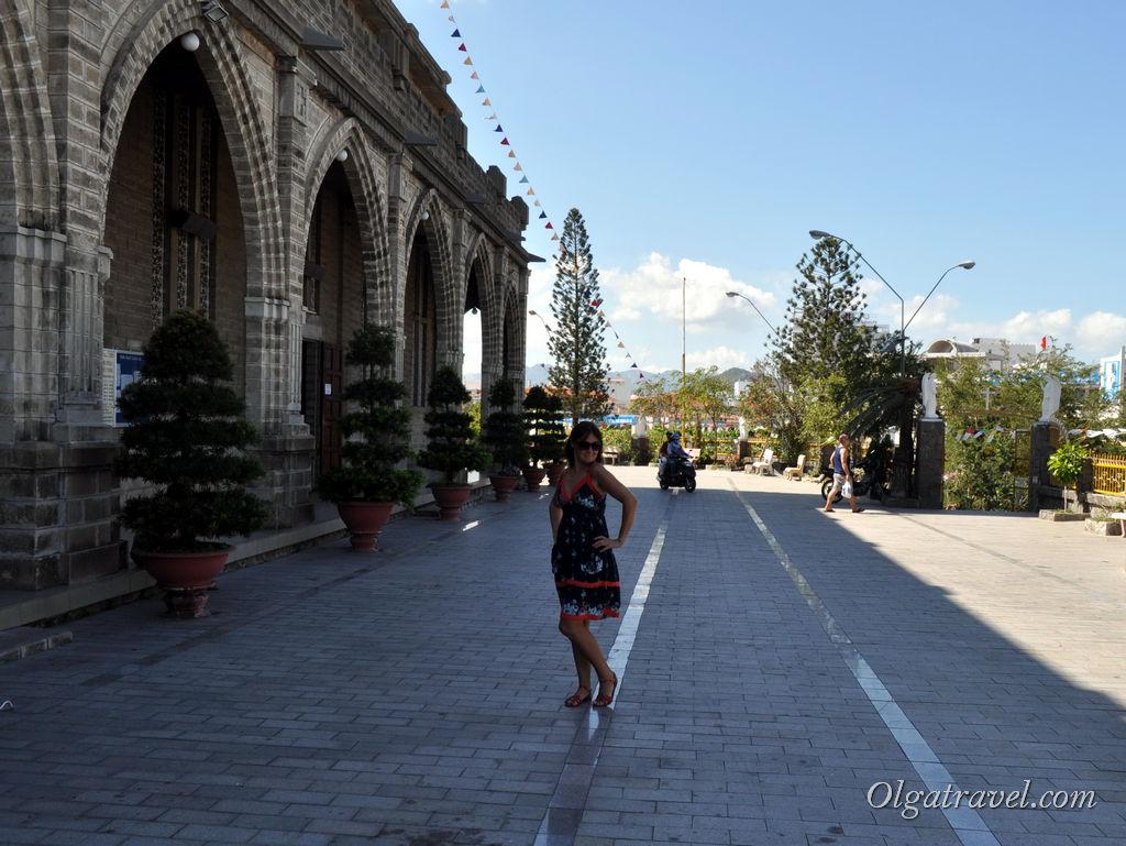 Рядом с входом в храм